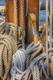 Seile auf einem Schiff in Lübeck Lizenzfreie Stockbilder