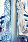 Seile auf Mast, Segelboot Stockfotos