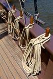 Seile auf Schiffs-Seite Stockbilder