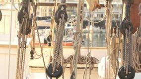 Seile, die Segel auf Yachtboot halten Yachtsegeln im blauen Meer Yachtplattform stock video footage
