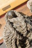 Seile gebunden auf einer Schiffsplattform Lizenzfreie Stockfotos