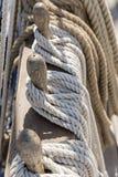 Seile gebunden auf einer Schiffsplattform vertikal Lizenzfreie Stockfotografie