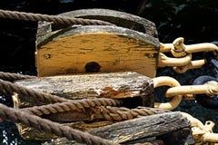 Seile und alter Flaschenzug auf einem historischen Segelschiff Stockfoto