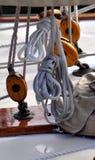 Seile und Flaschenzüge auf einem hölzernen Segelboot stockfotos