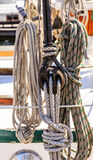 Seile und Flaschenzug auf Segelboot Stockfoto