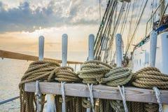 Seile und hölzerner Flaschenzug in einer alten Yacht Lizenzfreie Stockfotografie