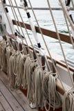 Seile und Takelung auf einem alten Segel versenden Lizenzfreies Stockfoto