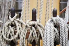 Seile und Takelung auf einer Segellieferung Lizenzfreies Stockbild