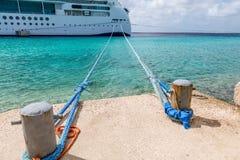 Seile von den Schiffspollern zum Versenden Stockfoto