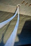 Seile (Zeilen schleppend) einer Krieglieferung in einem Kanal Stockfotos