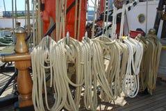 Seile zusammen gebunden auf einem Segelnboot Stockfotos