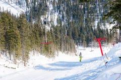 Seilschleppseil an einem Skiort stockbild