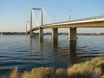 Seilzug-Brücke über Kolumbien-Fluss Stockfotos