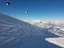 Seilzug-Gondeln über den Schweizer Alpen Stockbild