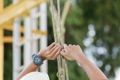 Seilzugangsarbeitskraft binden das Seil los Lizenzfreie Stockfotos