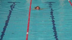 Seimming in einem Pool stock footage