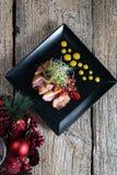 Sein de canard, coupé avec des tranches et admirablement présenté avec de la sauce à cerise photos libres de droits