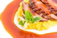 Sein de canard grillé sur la purée de mangue Photographie stock