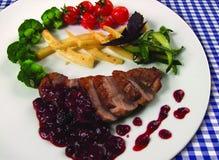 Sein de canard rôti avec des légumes Photographie stock libre de droits