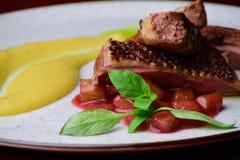 Sein de canard rôti avec la compote de pommes et la purée de pommes de terre Images stock