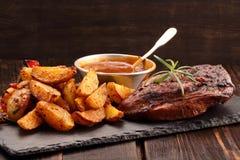 Sein de poulet rôti avec les pommes de terre et la sauce au jus cuites au four Photographie stock libre de droits
