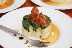 Sein rôti de poulet et purée de pommes de terre avec de la sauce à épinards dans le plat blanc Vue supérieure Photo stock