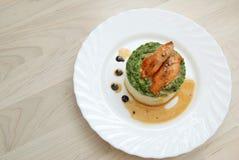 Sein rôti de poulet et purée de pommes de terre avec de la sauce à épinards dans le plat blanc Vue supérieure Images stock