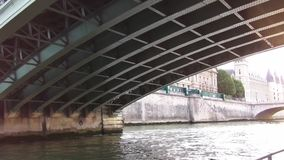 Seine de rivière de Paris banque de vidéos