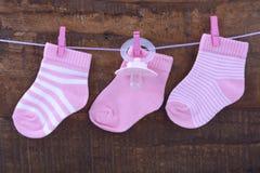 Seine ein Mädchen-Rosa-Baby-Socken Stockfotos
