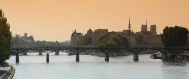 Seine en el paisaje de París Fotografía de archivo