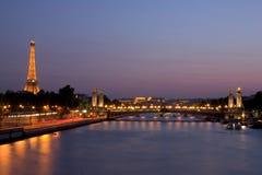 Seine-Fluss und Eiffelturm Stockfotos
