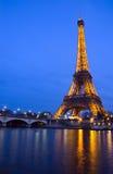 Seine-Fluss und Eiffelturm Stockbilder