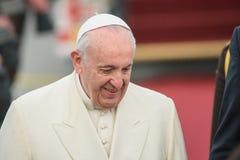 Seine Heiligkeit lächelndes Pope Francis, während der Ankunft in Riga lizenzfreie stockfotografie