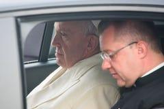 Seine Heiligkeit Pope Francis, das am Auto sitzt lizenzfreie stockfotos