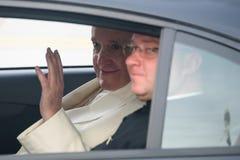 Seine Heiligkeit Pope Francis, das am Auto sitzt stockfoto