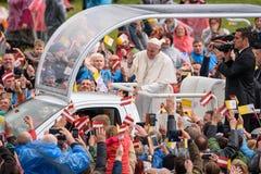 Seine Heiligkeit Pope Francis, das an Papst Mobile sitzt und wellenartig bewegt, um sich mit Latvian- und Vatikan-Flaggen zu drän stockbilder