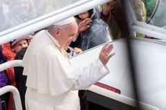 Seine Heiligkeit Pope Francis, das wellenartig bewegt, um sich an Papst Mobile zu drängen stockfotos