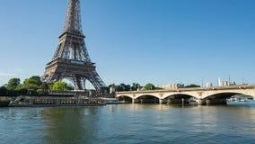 Seine i Paris med Eiffeltorn på soluppgång arkivfilmer