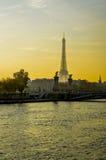 Seine och Eiffeltorn på guld- timmar - Paris Royaltyfri Foto
