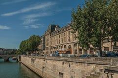 Seine River bank med väggar och byggnader under blå himmel i Paris Royaltyfri Fotografi