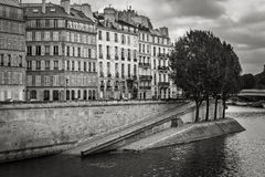 Seine River bank på den Ile Saint Louis, Paris, Frankrike Royaltyfria Foton