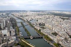 Seine River broar och Paris från en flyg- sikt royaltyfri foto