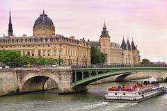 Seine River e barco Mouche em Paris, França Fotos de Stock Royalty Free