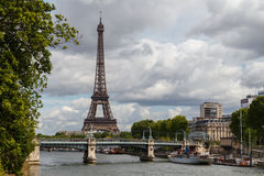 Seine River em Paris, com a torre Eiffel no fundo Foto de Stock Royalty Free