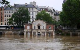 Seine River flod i Paris på Juni 02, 2016 Royaltyfri Fotografi
