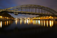 Seine River på natten royaltyfria bilder