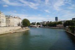 Seinen i Paris - Frankrike - främre sikt Royaltyfri Foto