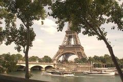 Seinen i Paris och tornet Eiffel Royaltyfria Bilder