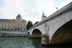 Seinen och en bro i Paris Arkivfoto