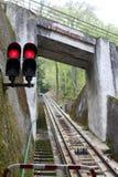 Seinpaal met rode lichten op bergspoorweg Stock Foto